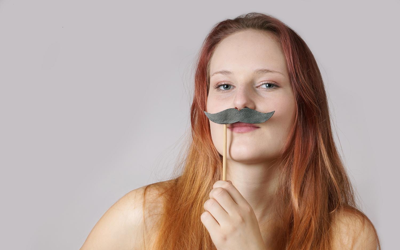 Pige med overskæg