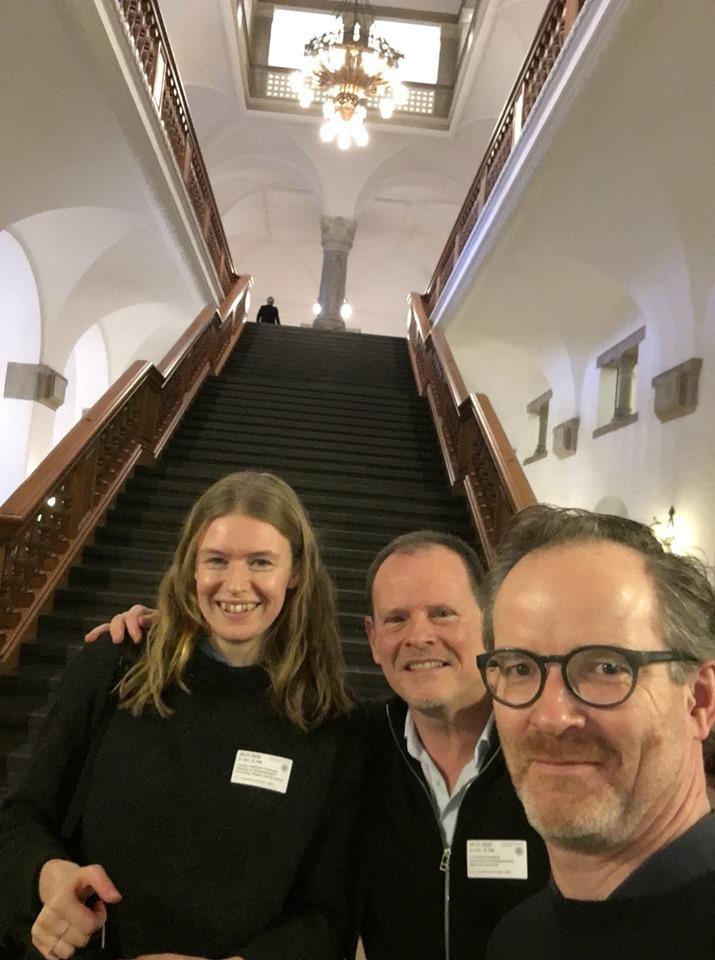 Christian, Josefine og Morten ved trappen i folketinget