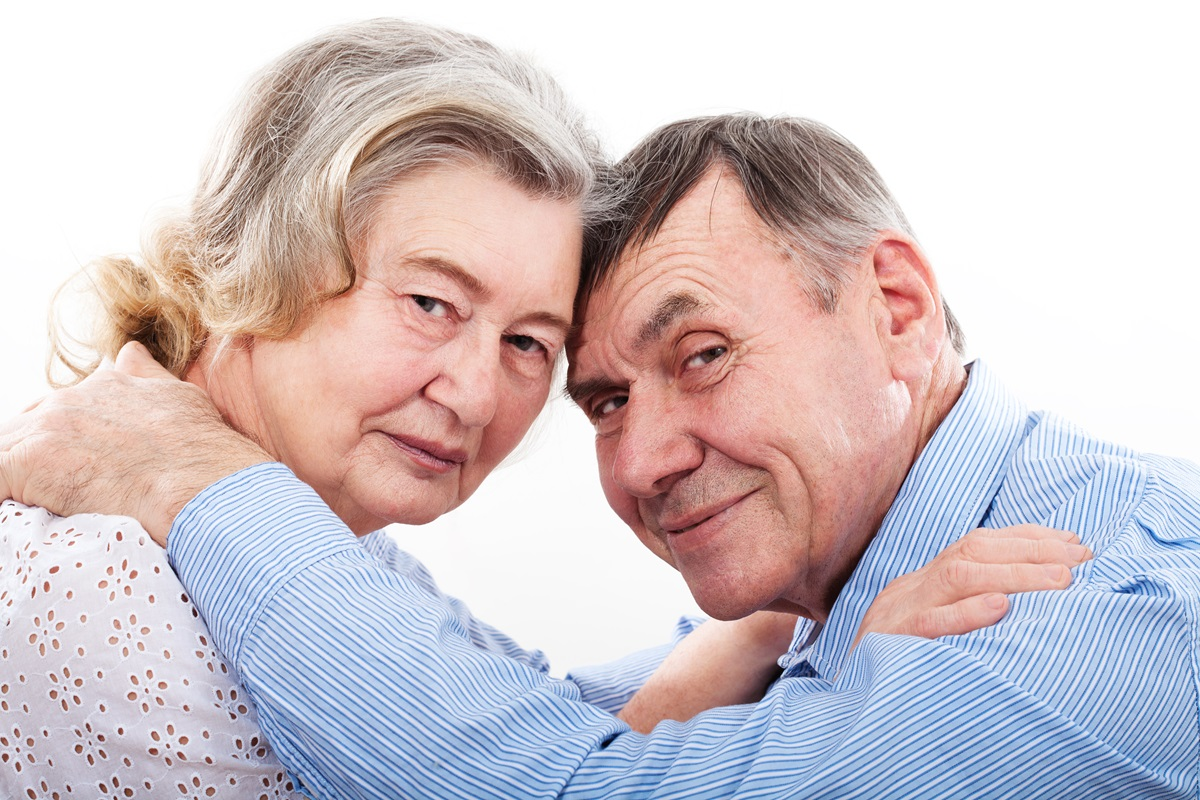 Ældre par pande mod pande